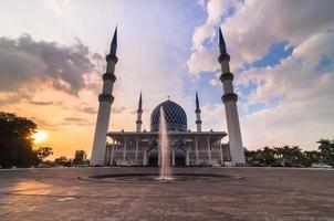 före solnedgången vid shah alam-moskén foto