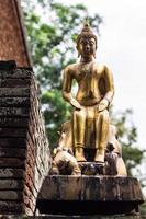 Buddha staty i thai tempel foto