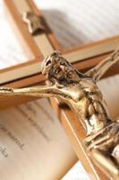 öppen bibel med krucifiks