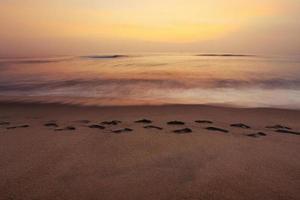 fotspår på strandsanden foto