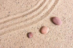 zen trädgård sand vågor och rock skulpturer foto