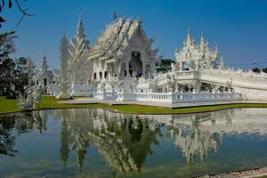 wat rong khun, vitt tempel i Thailand foto
