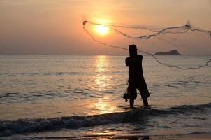 fiskare med nät. foto