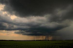 tre väderkvarnar med regn foto