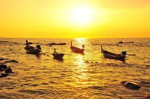 vacker strand vid solnedgången bakgrunder foto