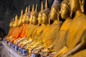 gyllene buddastatyer i templet