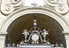 järnskulptur på katedralporten, enna