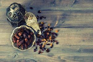 stilleben med vintage orintal lykta, russin och dadlar foto