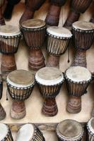 afrikanische djembétrommeln aus westafrika foto