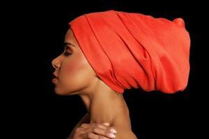 attraktiv kvinnas profil i turban. stängda ögon. foto