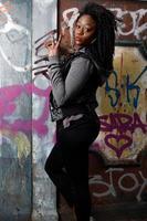 lockigt hår svart kvinna poserar sidovy foto