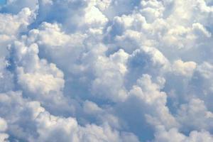 vitt moln i blå himmel, bakgrund foto