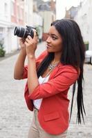 flicka som tar ett foto