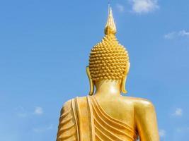 stor gyllene buddha staty i thailand tempel
