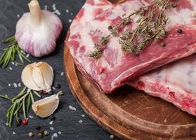 färska fläsk revben, kött med vitlök kryddpeppar foto