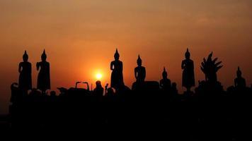 buddha staty på solnedgången vid nonthaburi, thailand