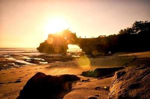 stenport vid solnedgången i Tanah Lot, Bali, Indonesien foto