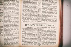 den heliga bibeln - apostlarnas handlingar. foto