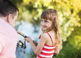 lycklig far och dotter som fiskar foto