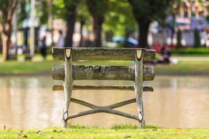 stol i parken foto