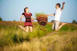 lyckliga par som har kul utomhus i sommaräng