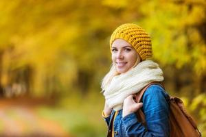 vacker kvinna i höstens natur