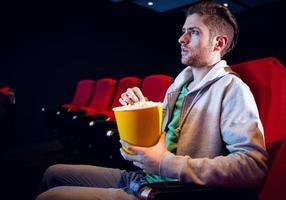 ung man tittar på en film foto
