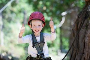 pojke på äventyrsparken foto
