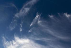 blå himmel som molnar foto