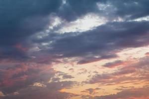 molnig himmel vid solnedgången bakgrund foto