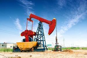 oljefält och blå himmel foto