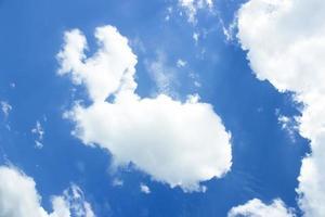 blå himmel med molnformad buffel foto