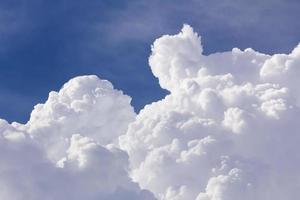 vita moln närbild i blå himmel foto