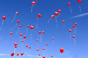 röda hjärta ballonger i en blå himmel