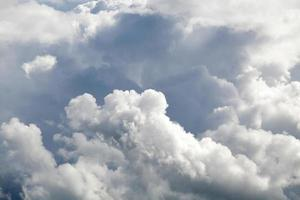 blå himmel med moln och sol. bakgrund foto