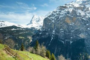 landskap. berg i snön mot blå himmel