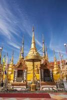 gyllene pagoda och blå himmel.