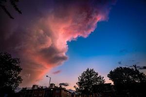 dramatisk lila himmel över staden