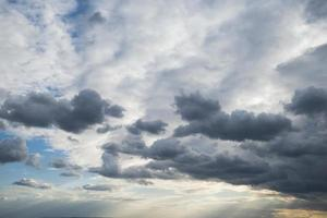 vita moln på den blå himlen foto