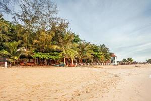 exotisk tropisk strand under dyster himmel foto