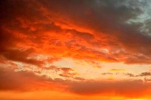 eld på himlen - morgonmoln foto