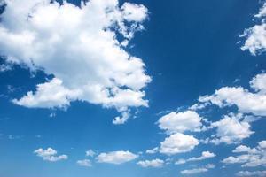 fluffiga moln på den blå himlen foto