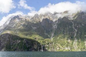 milford sund blå himmel och vattenfall