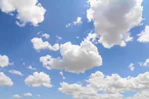 blå himmel med moln på molnig dag. foto
