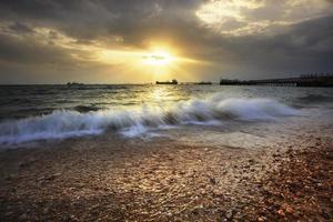 vacker havsbild och solnedgångshimmel foto