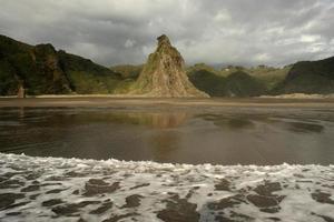 vulkanisk strand efter storm