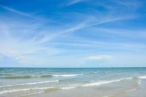 tropiskt hav och blå himmel foto