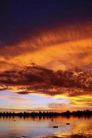 solnedgång över sjön med vacker himmel foto