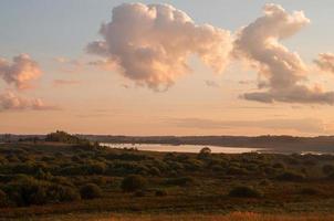 flod med reflektioner och blå molnig himmel foto