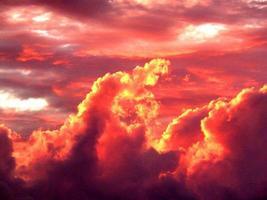 röda moln vid solnedgången foto
